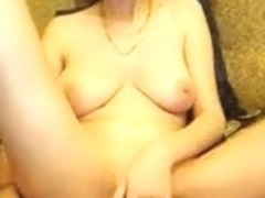 Amateur shows how she cums on cam