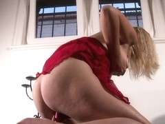 Slim dilettante blond toying herself to an big O