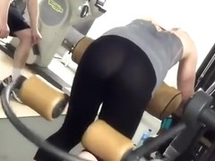 Gym voyeur spies a fit round ass