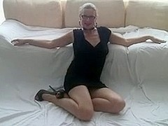 sexy milf i'd like to fuck with glasses play with her twat.